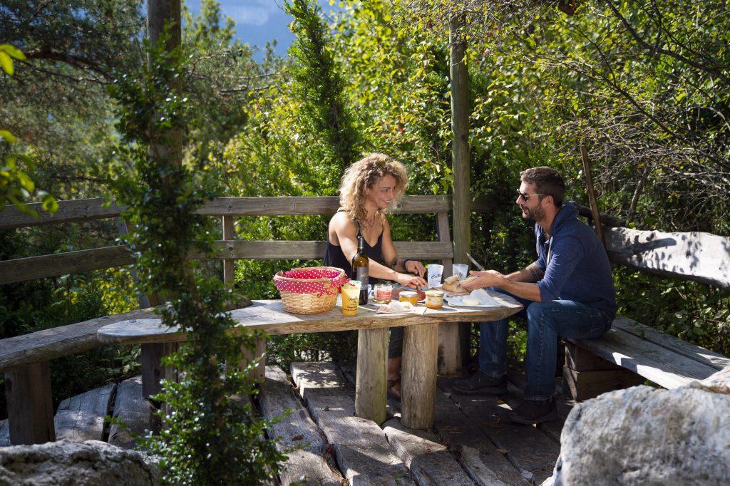 Cabane Café, 2 personnes mangent dans le restaurant extérieur