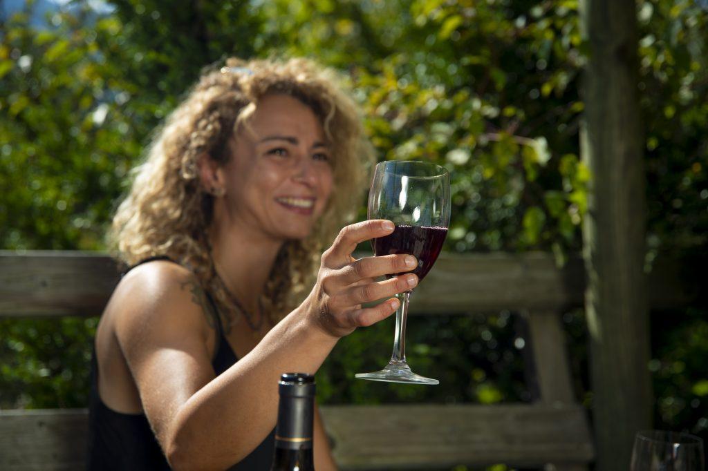 Cabane Café, femme qui boit du vin dans restaurant vercors