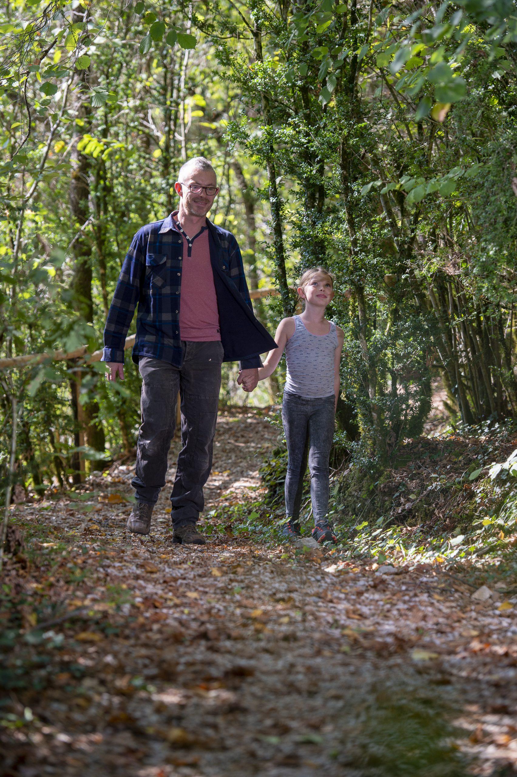 Cabane Café, un homme et un enfant se baladent dans le vercors