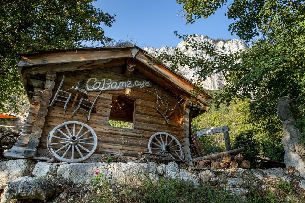 Cabane Café, vue de la cabane et montagne derriere